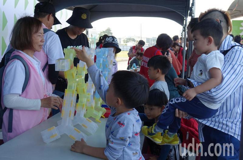 民進黨總統候選人蔡英文高市競總假日時辦親子活動,吸引家長帶小朋友參加。記者楊濡嘉/攝影