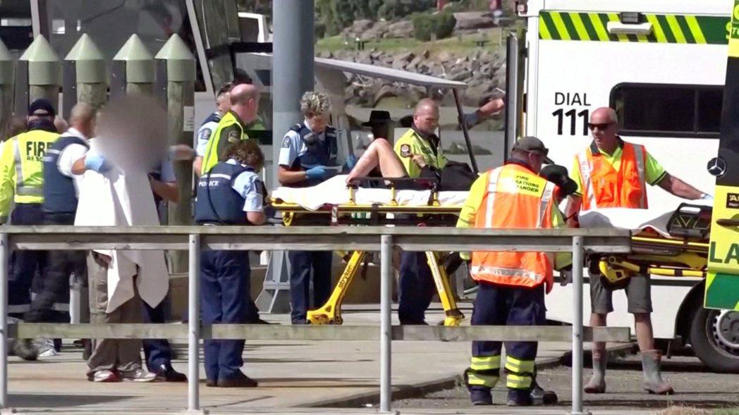 紐西蘭當局將火山噴發傷者抬上救護車,送往醫院急救。(路透)