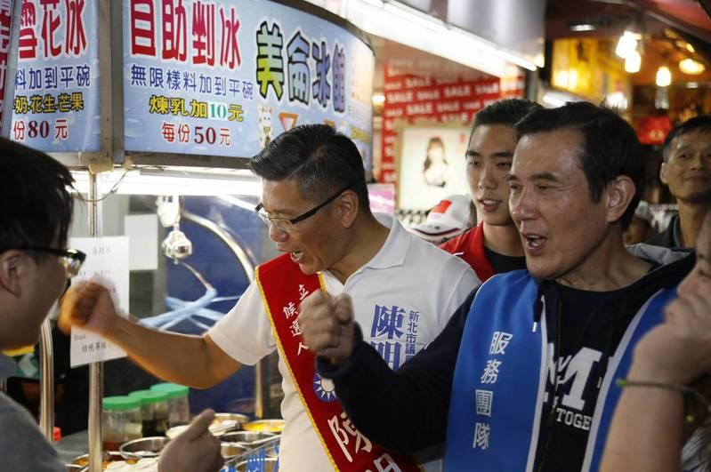 前總統馬英九(右)陪國民黨立委候選人陳明義(左)走訪新北市新莊廟街。圖/陳明義競選總部提供