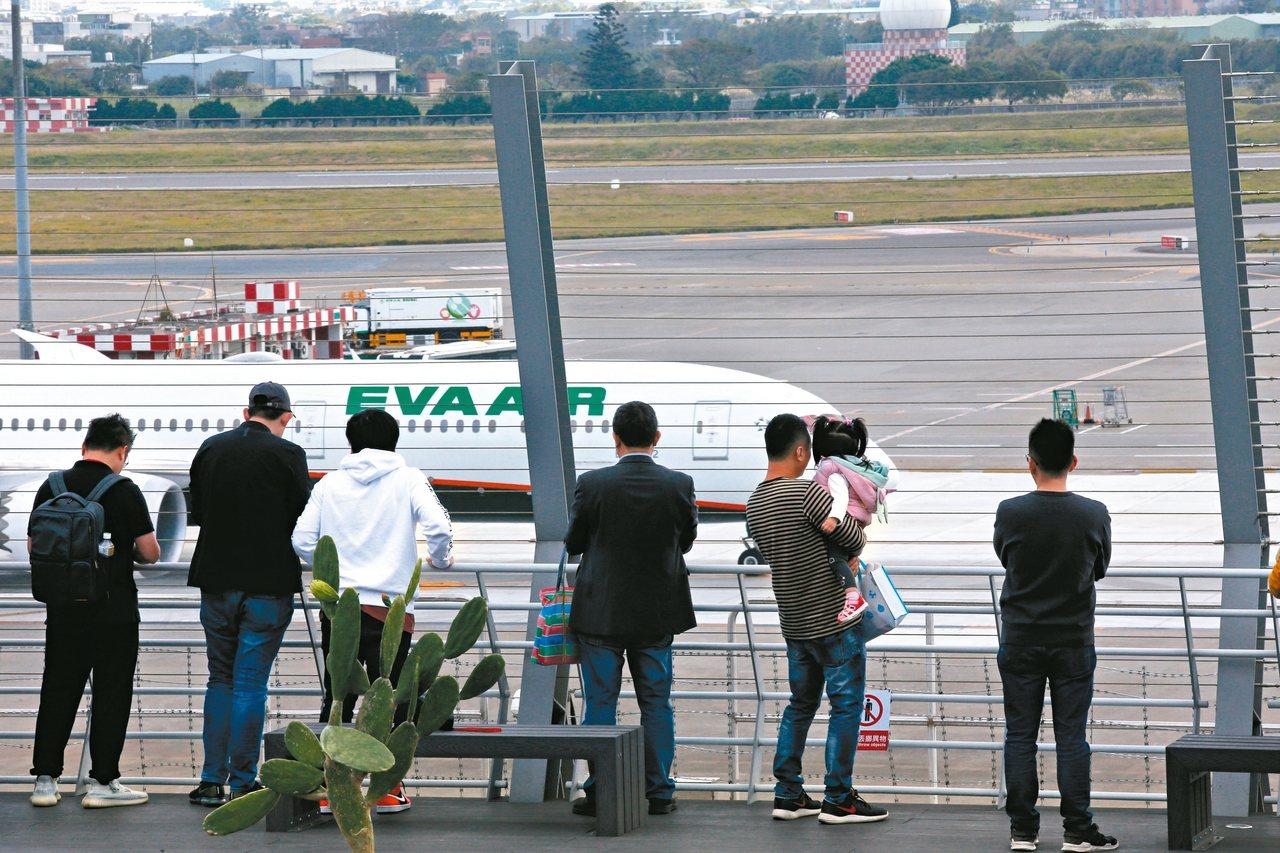 桃機戶外觀景台昨啟用,民眾可以近距離觀賞飛機。 記者鄭超文/攝影