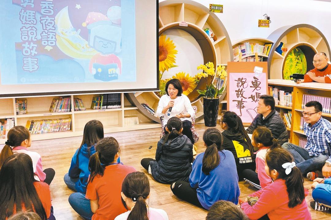 「勇媽說故事」學童與書共眠