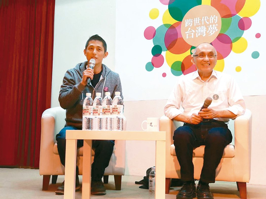 吳怡農(左)昨與父親吳乃德參加「跨時代的台灣夢」座談。