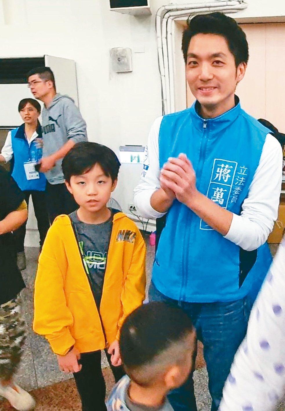 蔣萬安(右)昨晚舉辦「萬安故事屋」,帶兒子「元元」一同出席。 記者楊正海/攝影