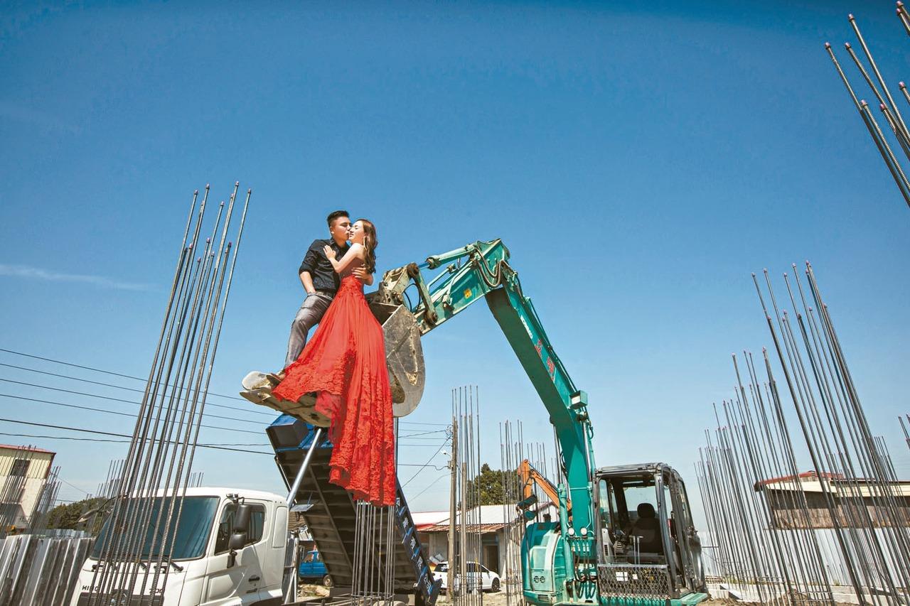 工作梯搭鵲橋 「最美女工頭」嫁了