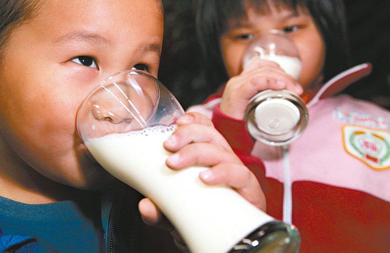 我國「每日飲食指南」建議,每日熱量攝取在兩千五百大卡以下者,包含多數成人與嬰幼兒,每日應攝取一點五份乳品。 圖/聯合報系資料照片