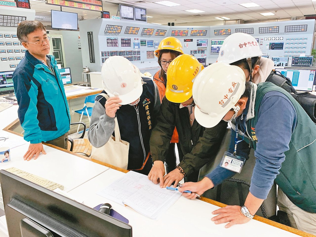 台中市環保局昨天到台中火力電廠複查,針對繼續使用生煤超量開罰六百萬元。 圖/台中...