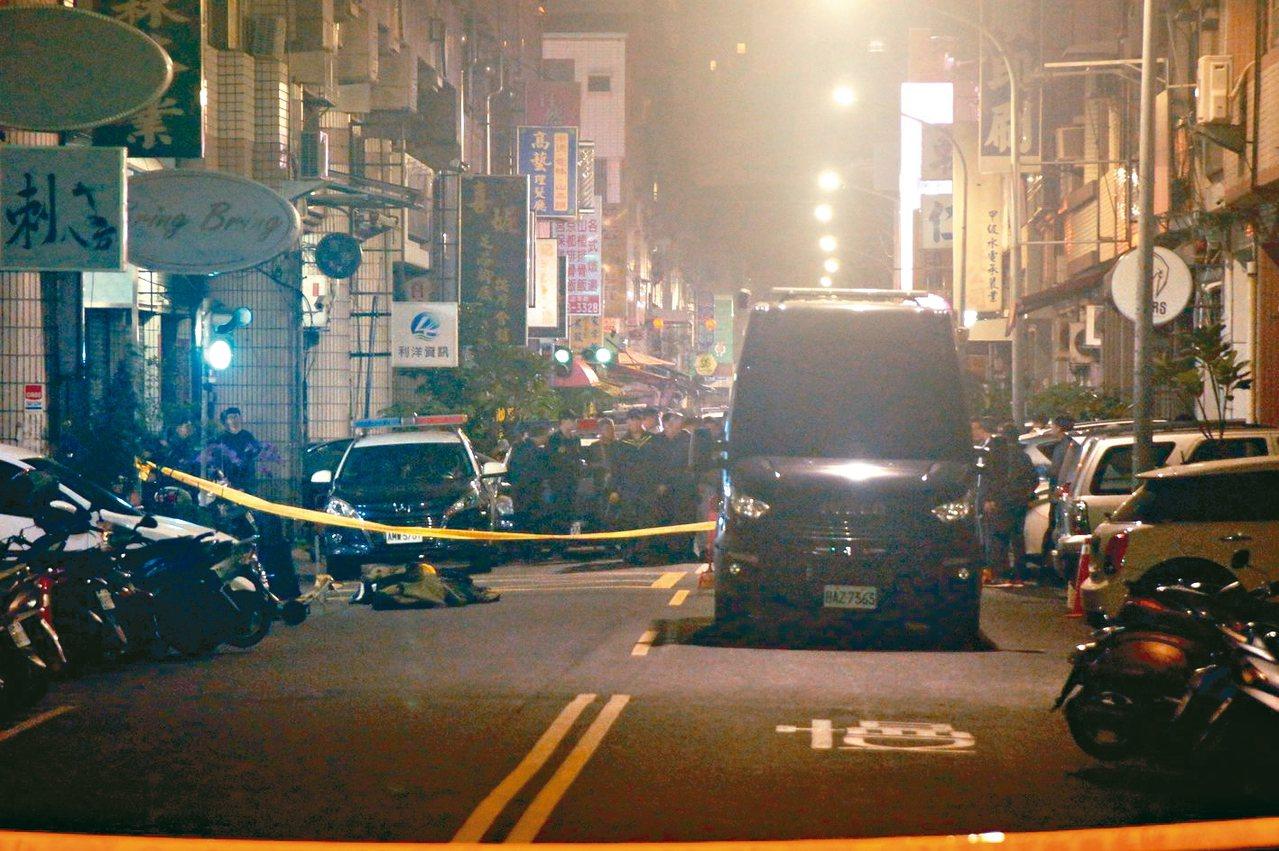 警方為圍捕炸彈客,將防爆車開到攻堅管制區,氣氛一片肅殺。 記者林保光/攝影