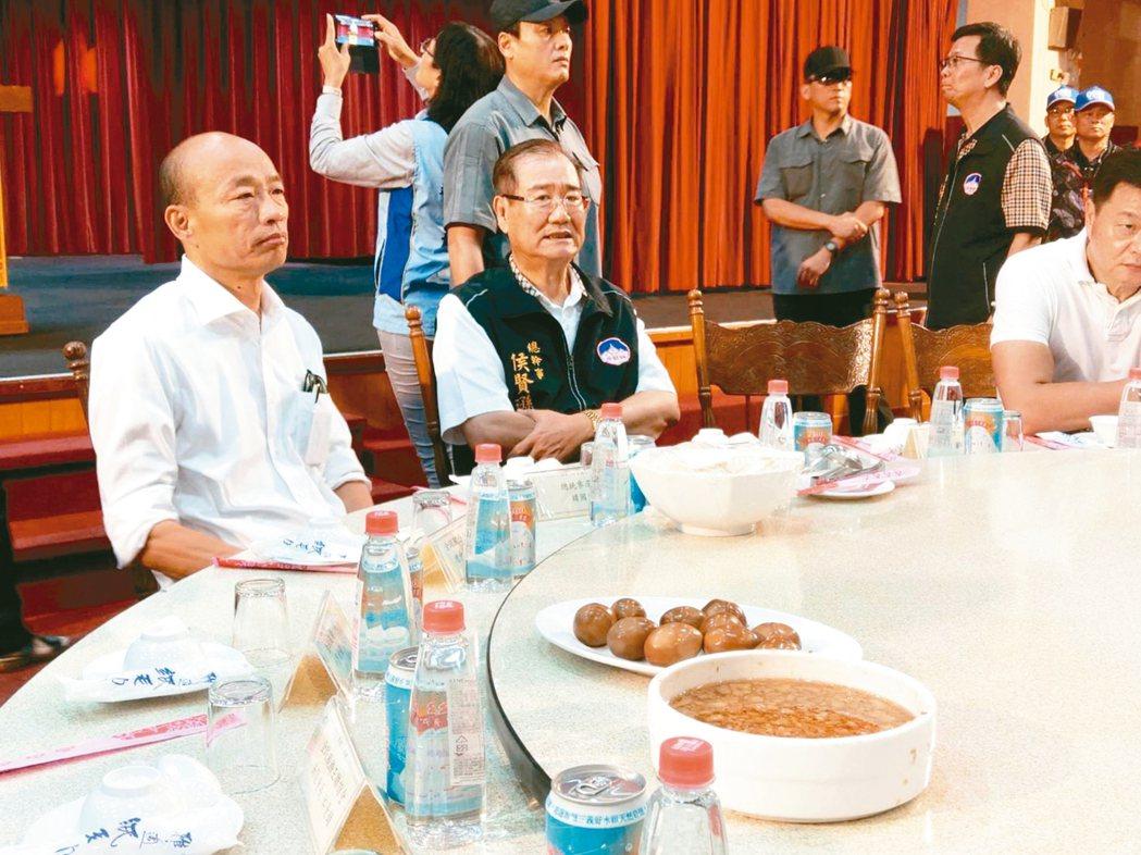 國民黨總統候選人韓國瑜(左)吃飯不喜歡被看,只要有媒體鏡頭在場就不開動。 記者劉...