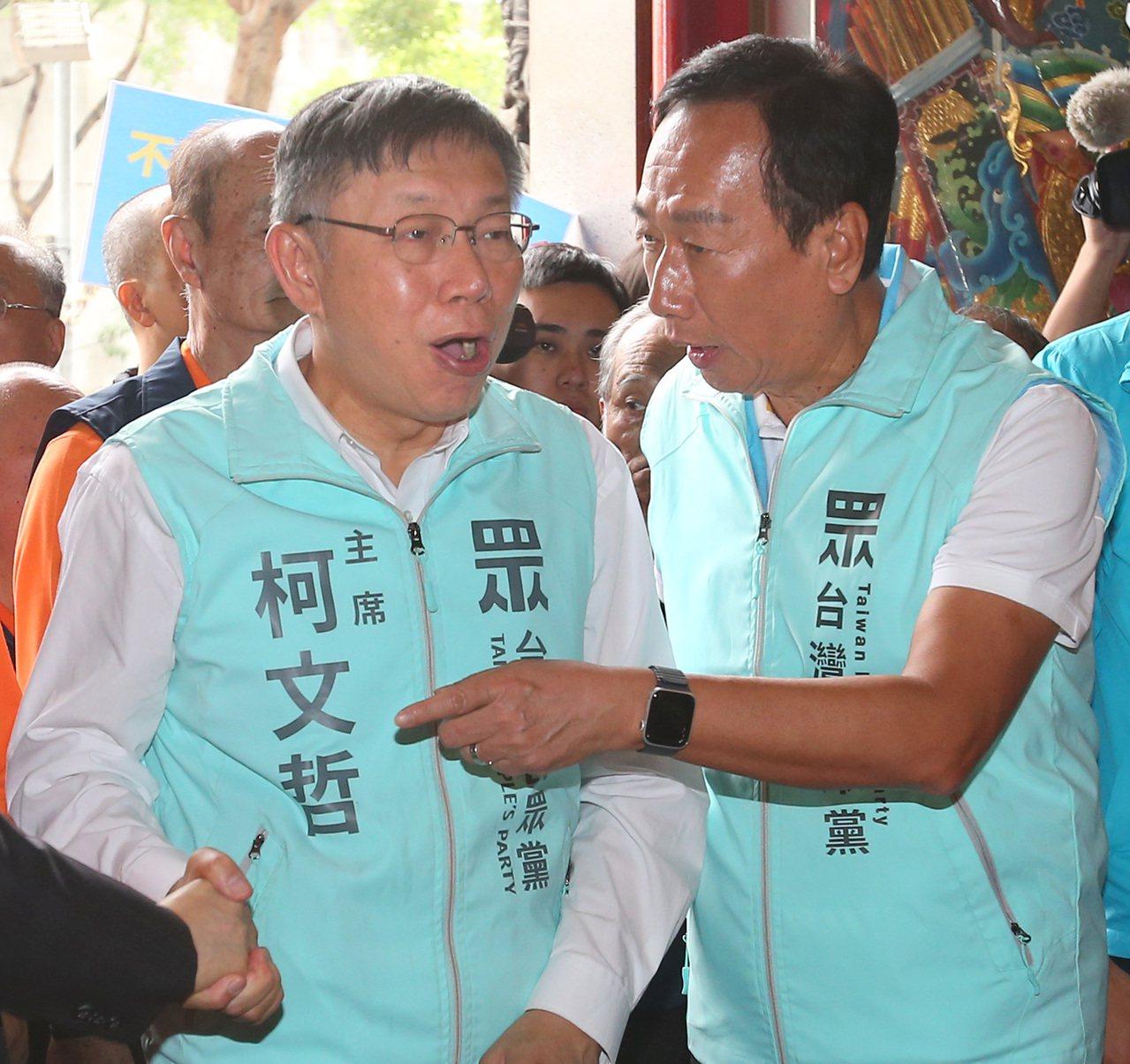 台北市長柯文哲(左)與鴻海創辦人郭台銘(右)同台,為立委候選人助選。記者林澔一/...