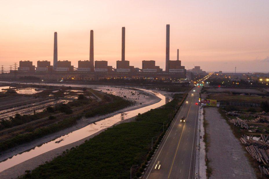 台中火力發電廠超量使用生煤爭議進入法律攻防戰,中市府與台電雙方都謹慎過招。圖/聯合報系資料照片