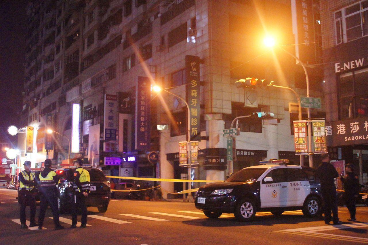 警方在高雄花十二小時封路圍捕炸彈客。 記者林保光/攝影