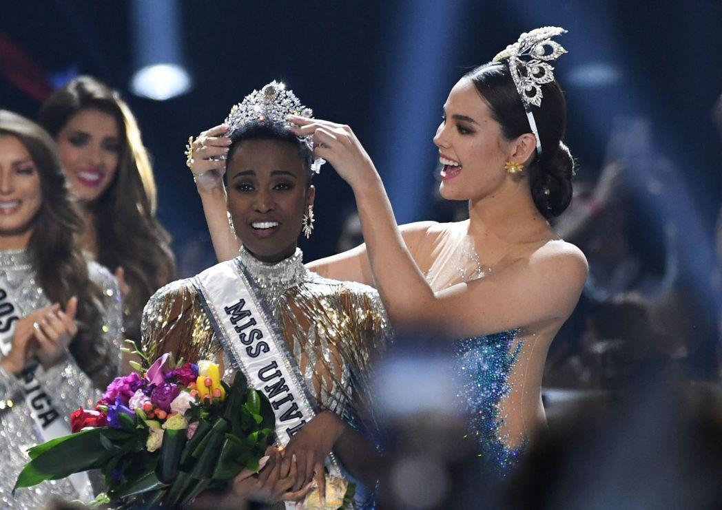 南非小姐唐吉(中)8日在美國亞特蘭大擊敗全球各地90多名佳麗,獲封環球小姐。 (...