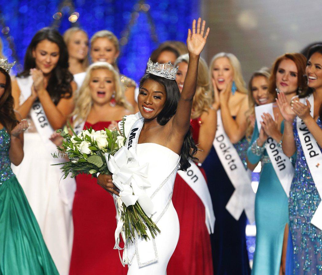 紐約小姐富蘭克林在今年美國小姐選美比賽中勇奪后冠。 (美聯社)