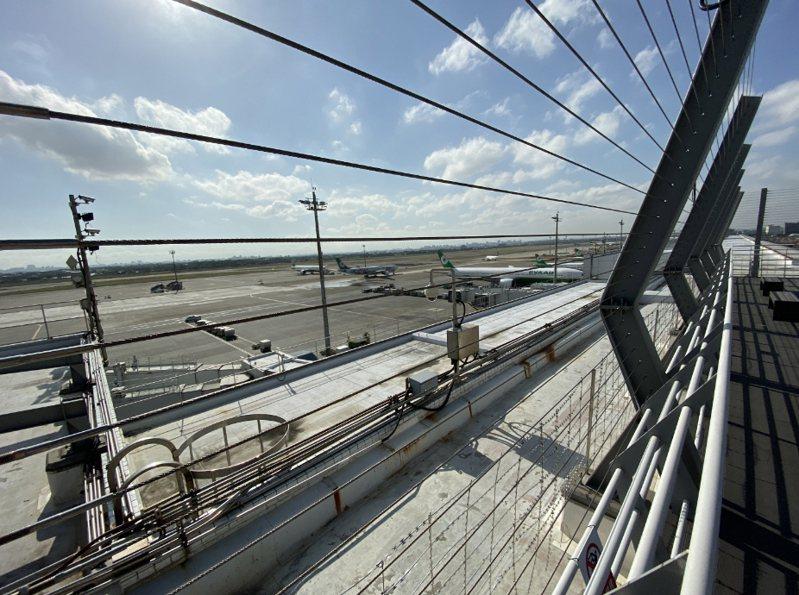 桃園國際機場第二航廈戶外觀景台14日亮相,未來旅客抵達桃機時,可近距離觀賞飛機起降。中央社