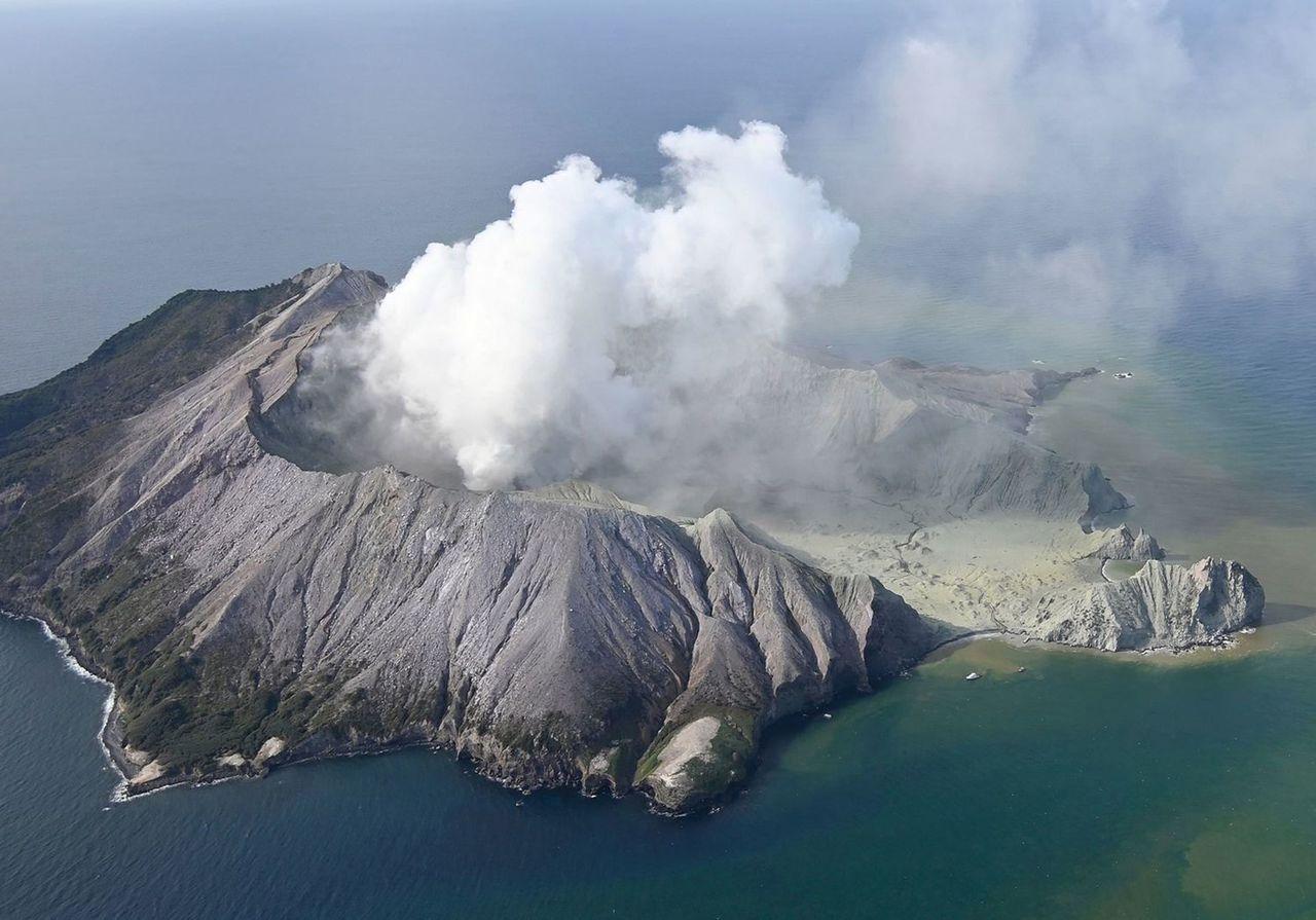 紐西蘭懷特島火山本月9日突然噴發,至今造成16人死亡,23人受傷。(美聯社)