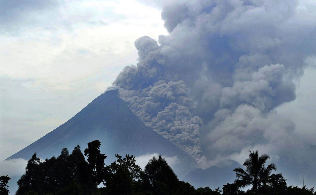 印尼默拉皮火山2011年11月噴發造成數百人死亡,當局疏散高達35萬人。(法新社...