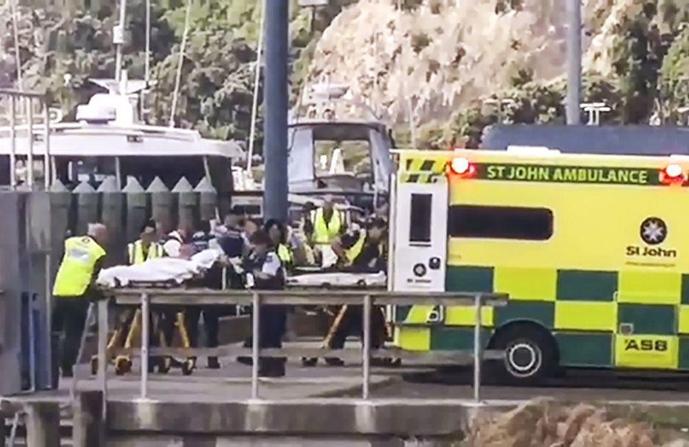 紐西蘭懷特島火山大量傷者在附近城鎮華卡塔尼等待救護車救援,因嚴重燒傷者實在太多,...