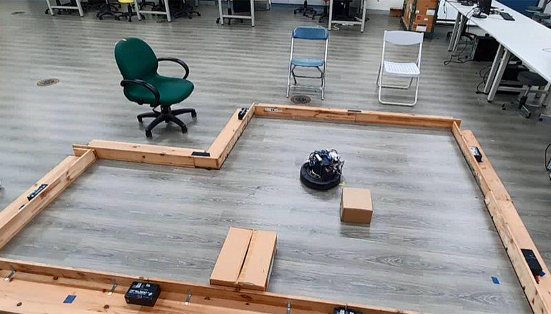 交大電機系教授宋開泰團隊研發的掃地機器人遇到前方有障礙物時,機器人會自動調整角速度來閃避障礙物,並減慢線速度避免碰撞到障礙物。圖/宋開泰提供