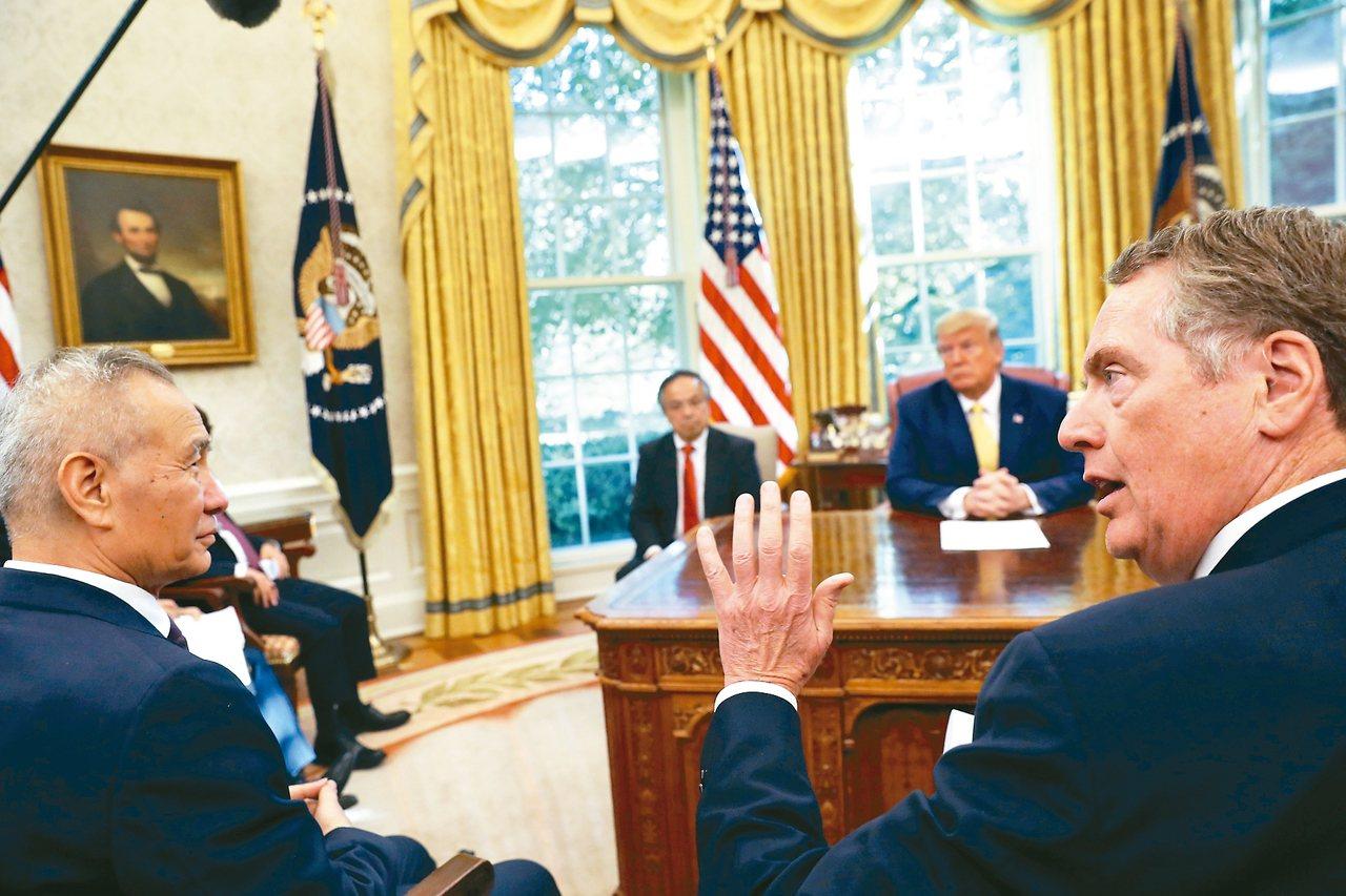 美中第一階段貿易協議可能由中國副總理劉鶴(左)和美國貿易代表賴海哲(右)簽署。圖...