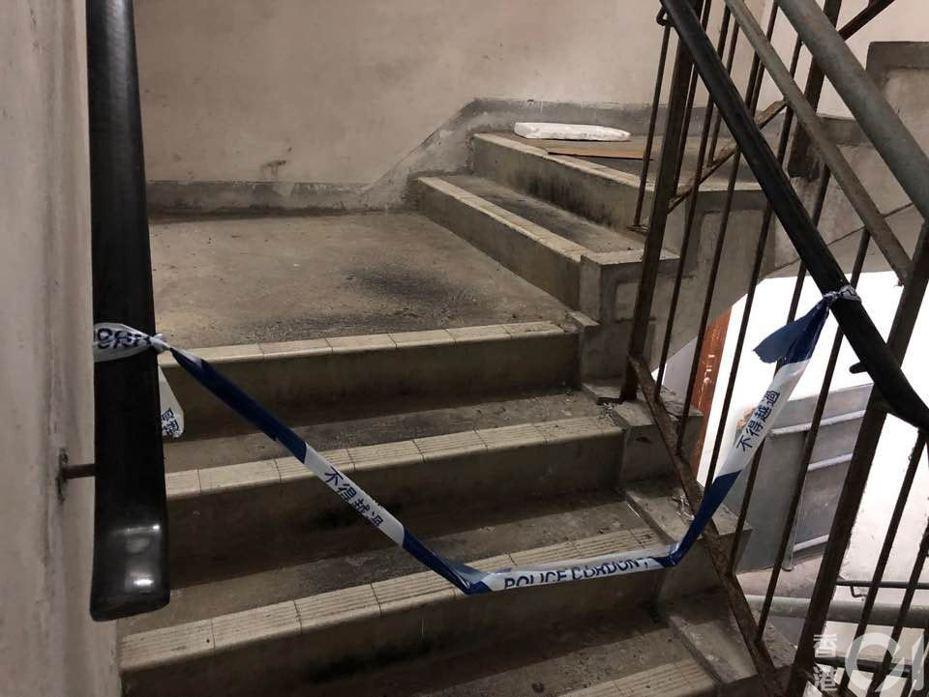 一名65歲姓陳男保安頭部受重創,雙手被綁倒臥梯間。受傷保安留醫多日後不治。圖片來源:香港01