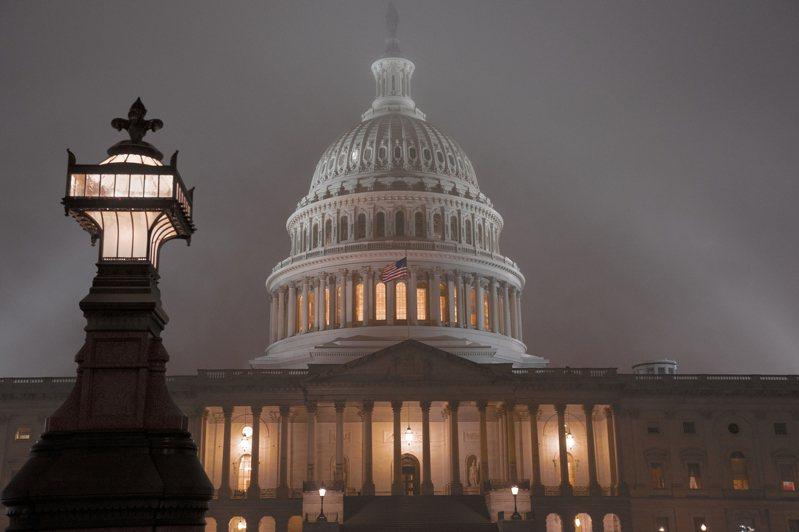 眾院司法委員會通過彈劾川普總統,下周將全院表決。圖為國會山莊籠罩在一片迷霧中。 美聯社