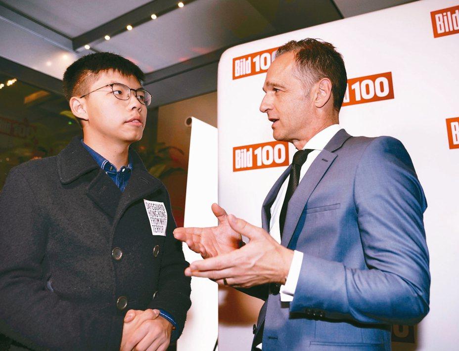 德國外長馬斯(右)9月9日在柏林會見香港社會運動人士黃之鋒。 美聯社