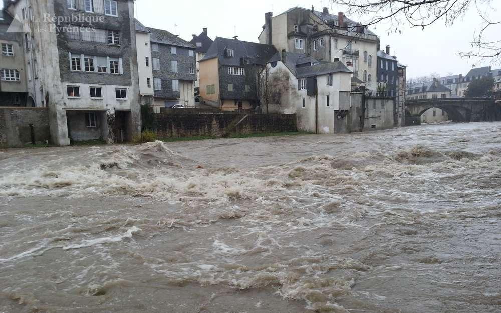 強風、洪水襲擊法國西南部地區,造成1名老人喪命5人受傷,6萬戶人家無電可用。圖擷...