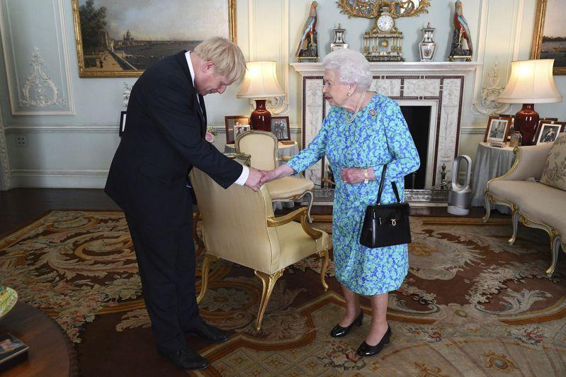 英國首相強生的辦公室今天表示,女王伊麗莎白二世19日將赴國會發表演說,公布新政府的立法工作和施政大綱,當中包括耶誕節以前將脫歐協議送交國會通過。美聯社