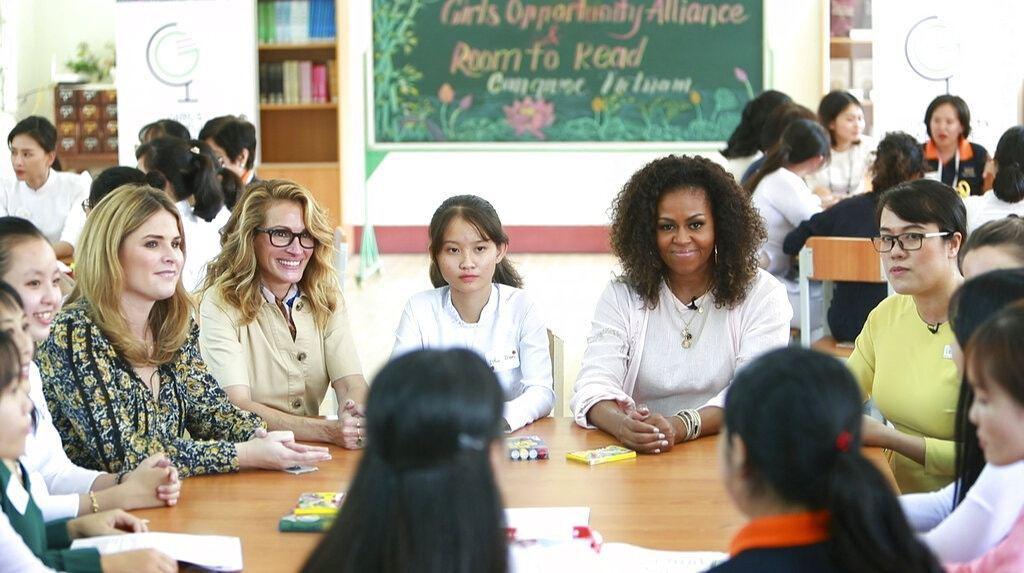 蜜雪兒(右二)與演員茱莉亞羅柏茲(Julia Roberts,左三)一同到訪越南...