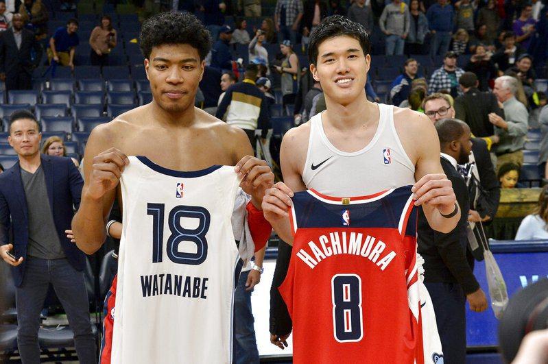 八村壘和渡邊雄太同時在場上競技,這是NBA例行賽有史以來首度出現兩位來自日本的球員在場上同時比賽。  美聯社