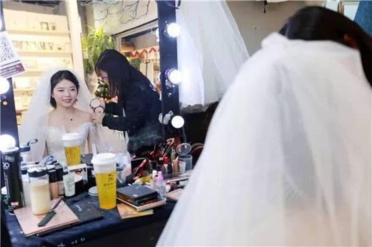 24歲的小靜趁着與男友小柯相戀一周年的日子,帶同樓契及BMW車匙,並穿上婚紗向對...