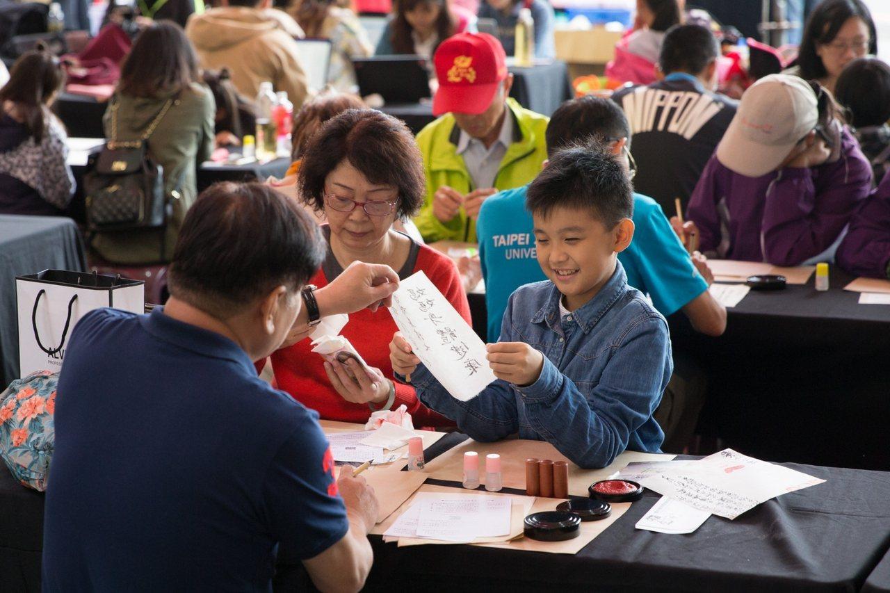 小朋友與父母一起來貓空封茶,表達心中的感謝之意。圖/台北市商業處提供