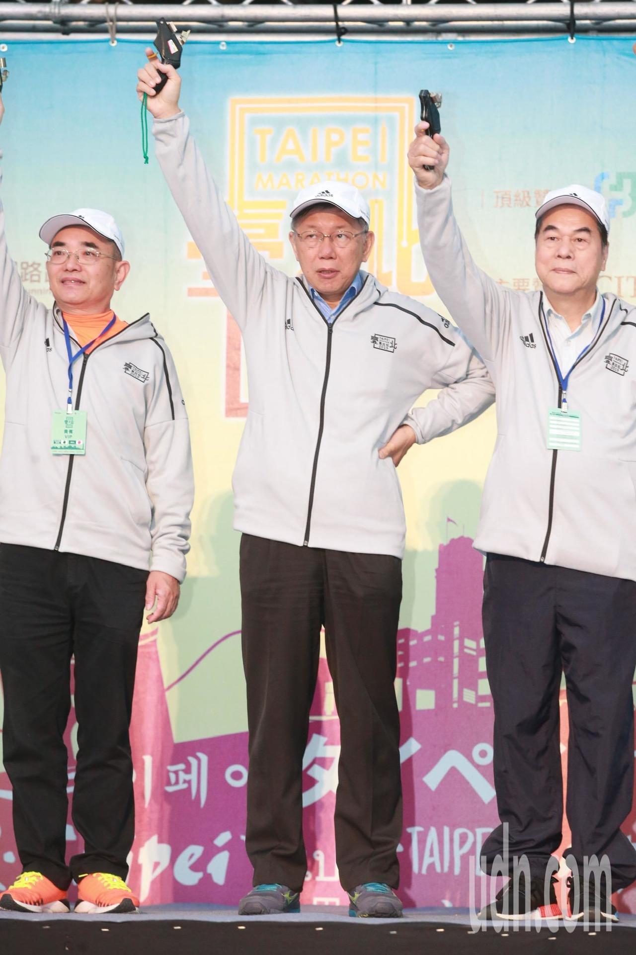 2019台北馬拉松上午6點半於台北市政府前廣場開跑。台北市長柯文哲與貴賓一同為選...