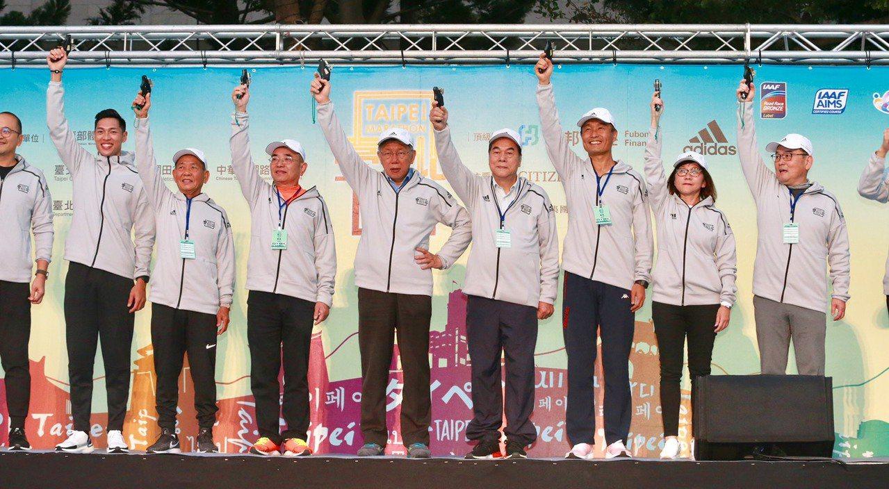陳傑(左二)和台北市市長柯文哲(右五)同台,為台北馬拉松鳴槍。記者黃義書/攝影
