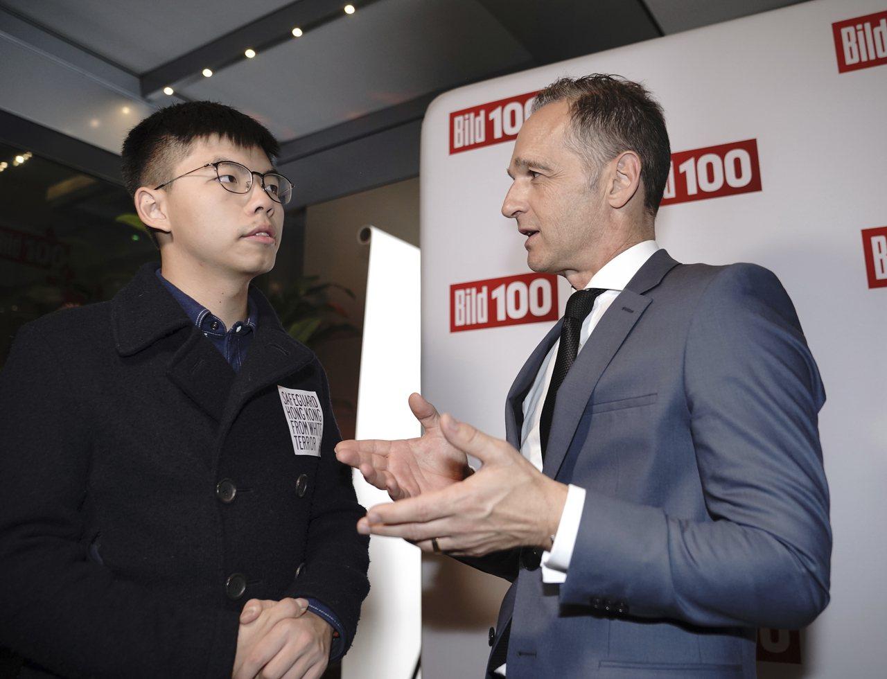 德國外長馬斯(右)9月9日在柏林會見香港社會運動人士黃之鋒。美聯社