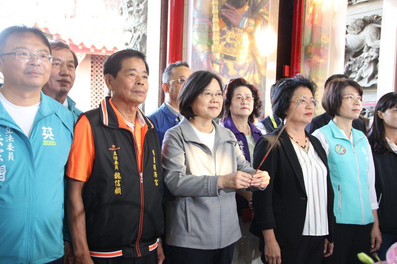 總統蔡英文(左3)勤跑宮廟參香, 形同打巷戰,深入基層,展現親和力。本報資料照片