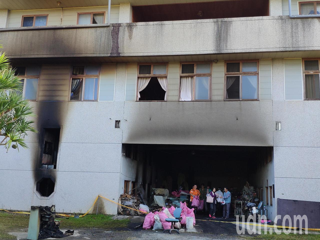 建物中間通道及左側門窗可看出大片煙燻痕跡。記者謝進盛/攝影