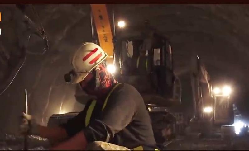 南迴公路拓寬即將在23日全線通車,行政院長蘇貞昌日前感性表示,感謝所有參與的工程人員,他們才是打通這條路的無名英雄。圖/取自公路總局紀錄片