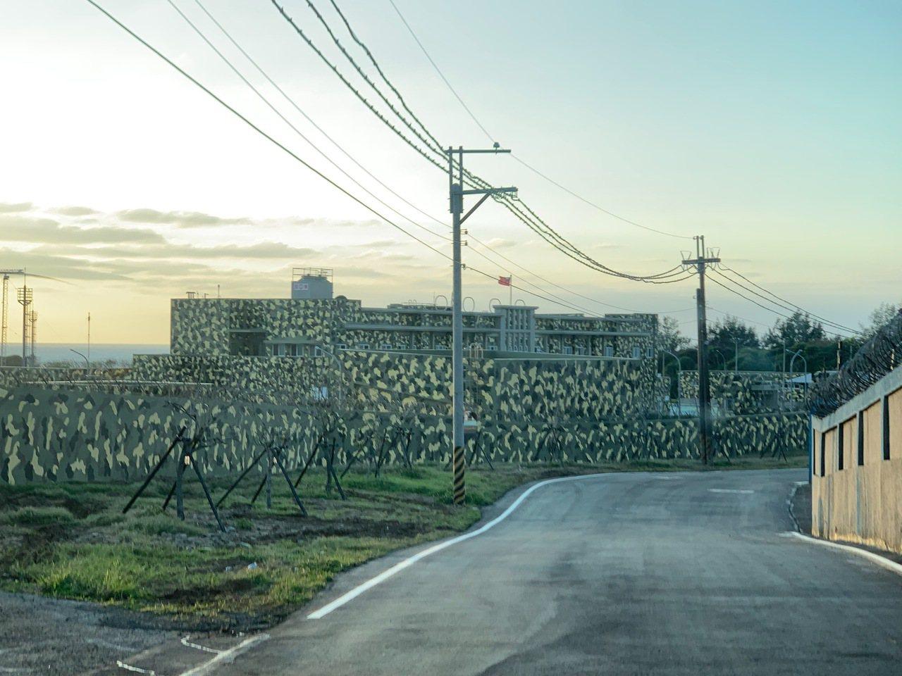 國軍最新示範偽裝的軍用營舍落成,位於三芝海際的海軍微波通訊「芝通營區」月前成軍啟...