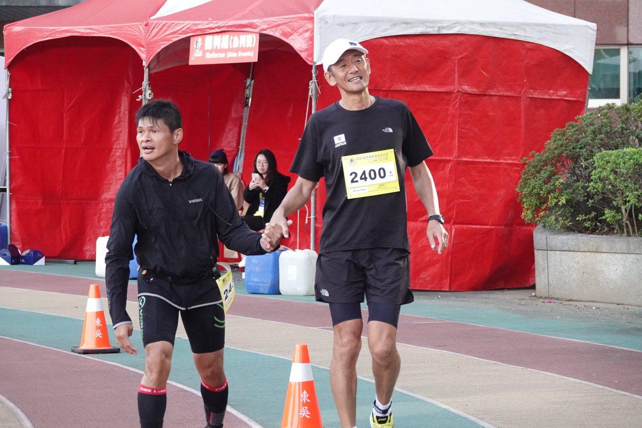 日本超馬好手關家良一(右)與大馬腦麻「生命鬥士」曾志龍(左)。記者毛琬婷/攝影