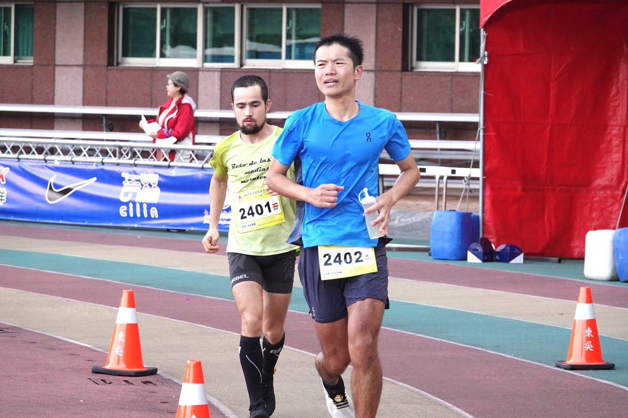 日本好手石川佳彥(右)與去年冠軍的西班亞好手伊凡羅培茲(左)同場競技。記者毛琬婷...