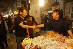 時力<u>徐永明</u>基隆市場掃街 民眾驚:要選基隆立委嗎?