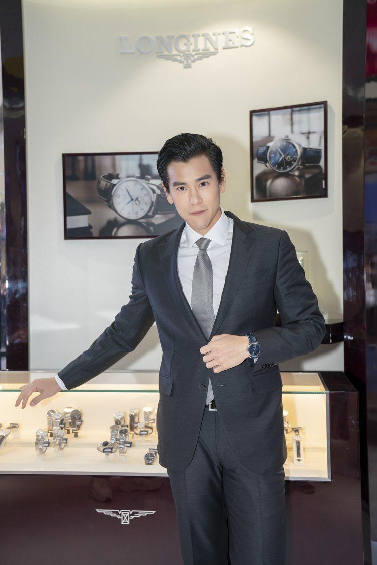 男星彭于晏現身浪琴表活動,以西裝造型搭配巨擘系列月相腕表。圖/摘自微博
