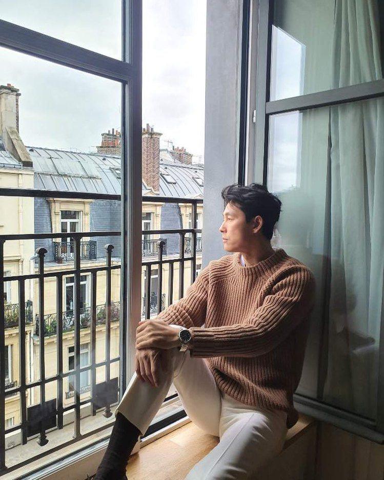 韓國男星鄭雨盛在飯店自拍帥照,以棕色毛衣搭配經典藍腕表,凸顯了迷人紳士風範。圖/...
