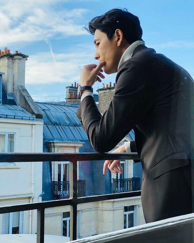 韓國男星鄭雨盛在飯店自拍帥照,以灰色大衣造型搭配經典藍腕表,凸顯了迷人紳士風範。...