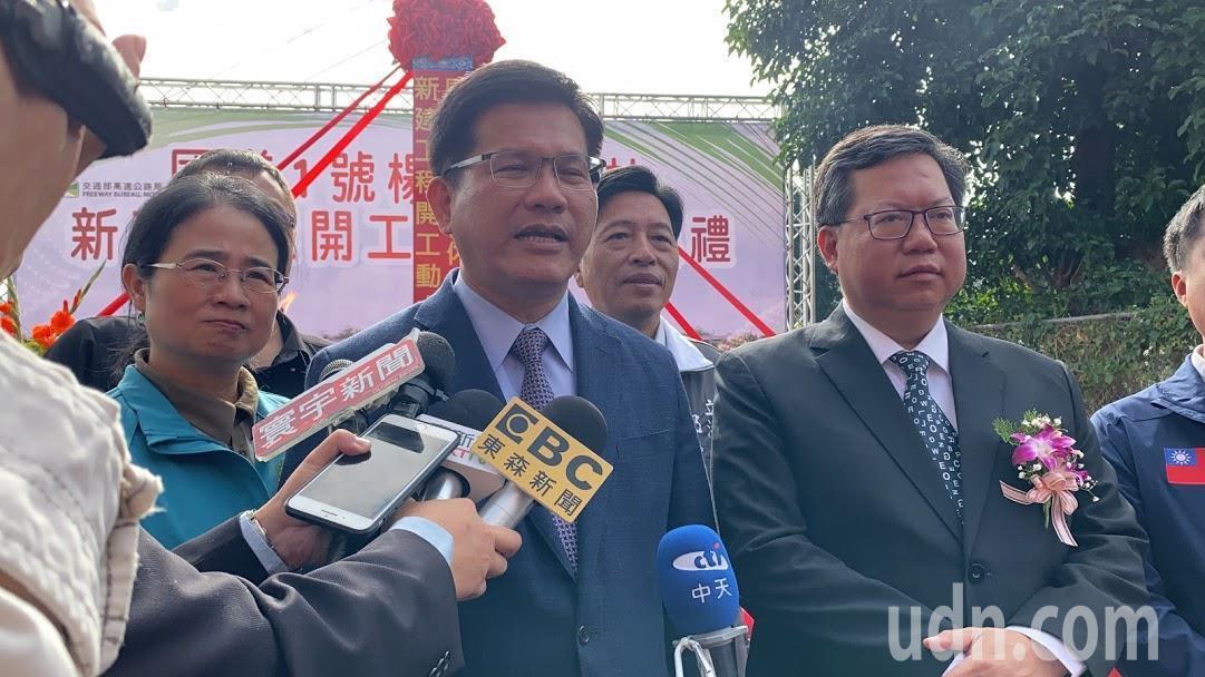 交通部長林佳龍被問到,遠航禮拜五下班時間才提交報告,外界說為什麼民航局禮拜六日不...