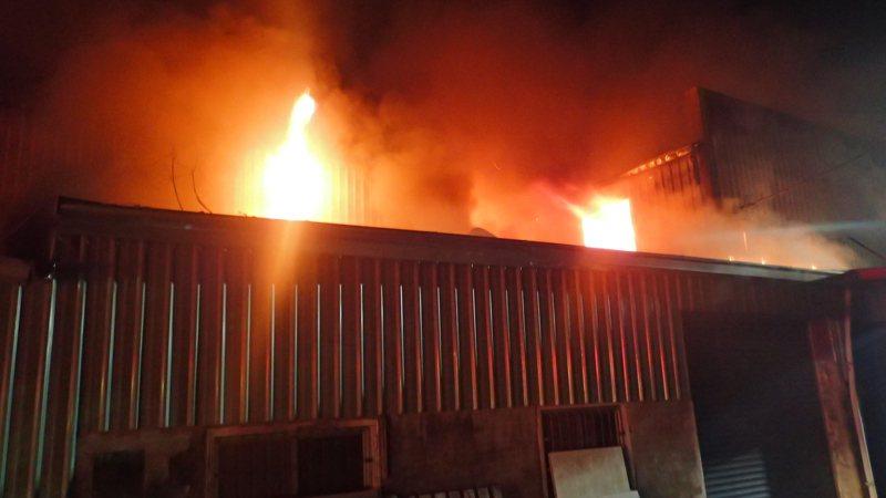 屏東市廣興里兩處工廠及一處住宅,今天凌晨傳出火警,併發現一具女性焦屍。圖/屏東縣消防局提供
