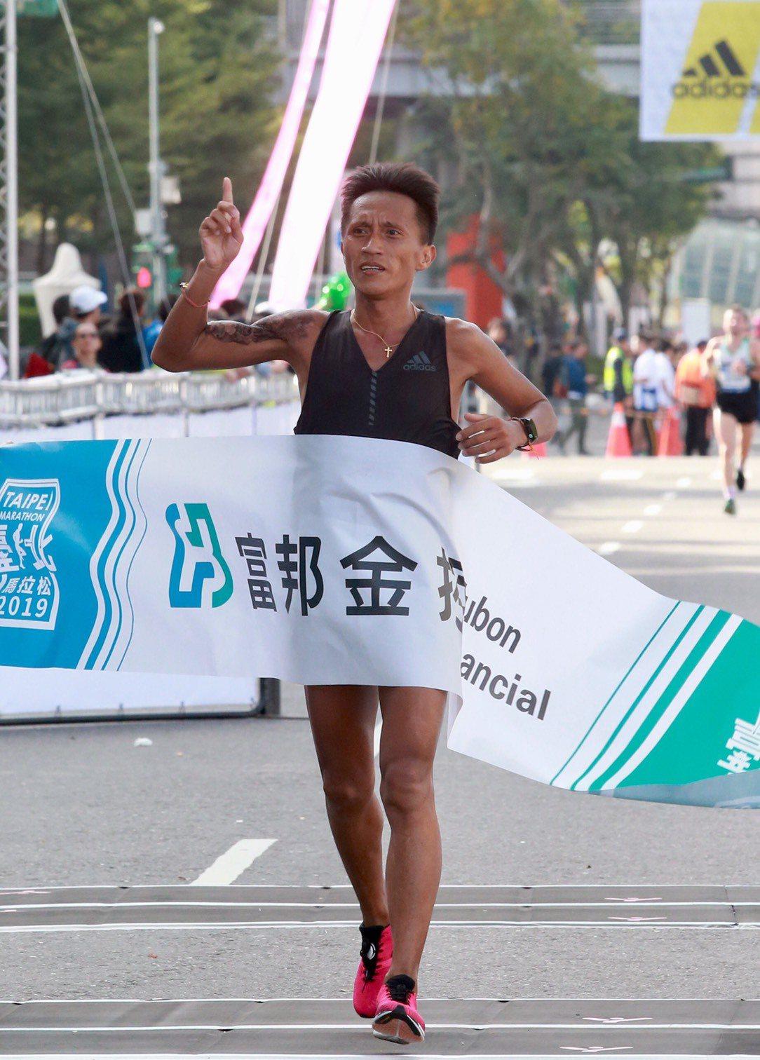 蔣介文獲得台北馬拉松國內男子組冠軍。記者黃義書/攝影