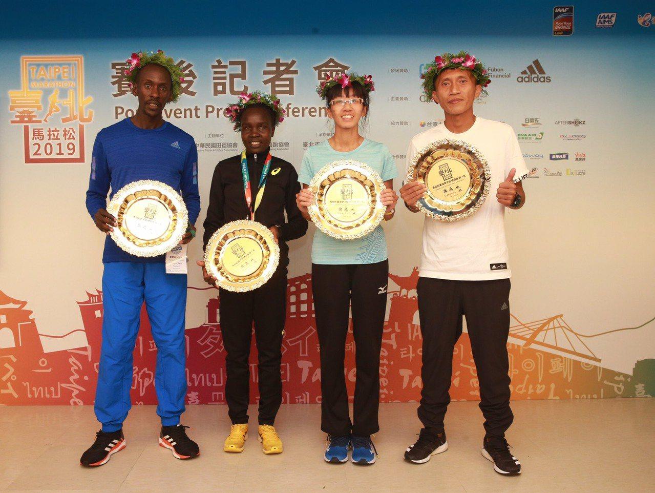 蔣介文(右一)、朱盈穎(右二)摘下國內冠軍,肯亞跑者蒙格拉(左一)和卡萬拜收穫今...