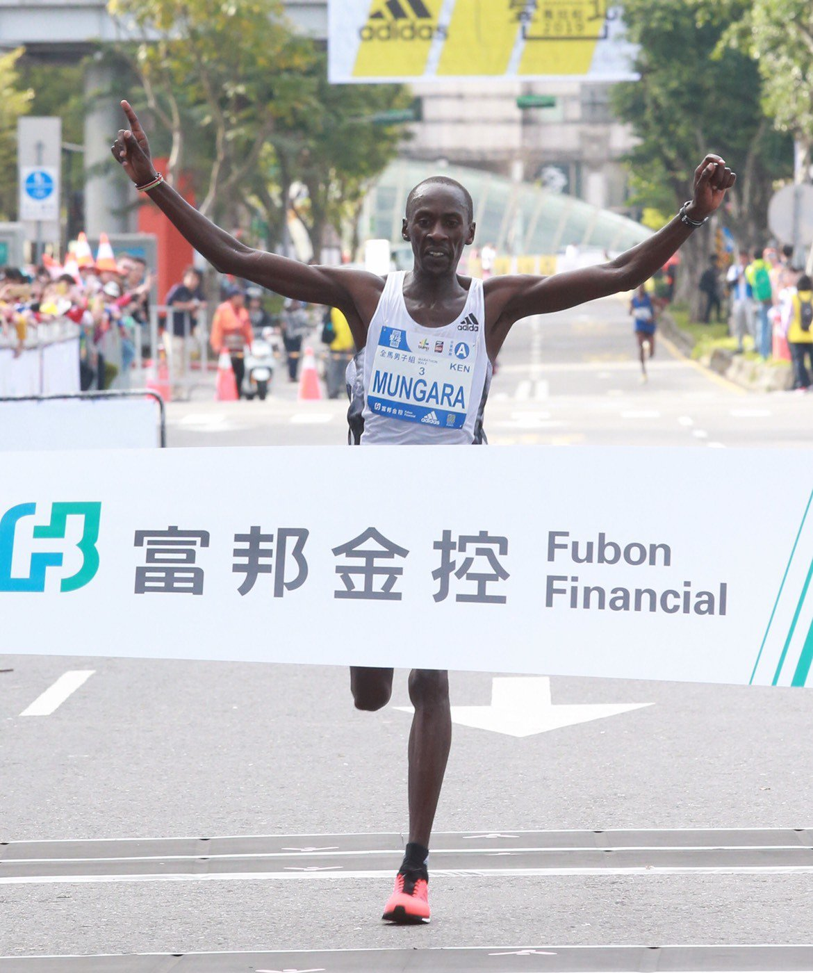 肯亞跑者蒙格拉首度參加台北馬拉松就收穫冠軍。記者黃義書/攝影